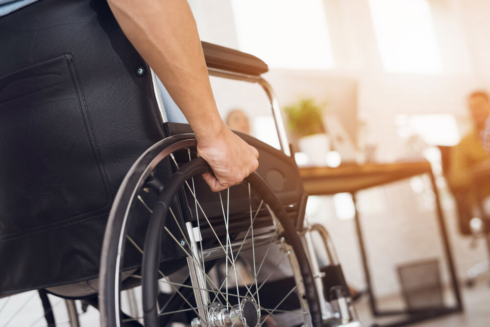 Інвалід на кріслі колісному
